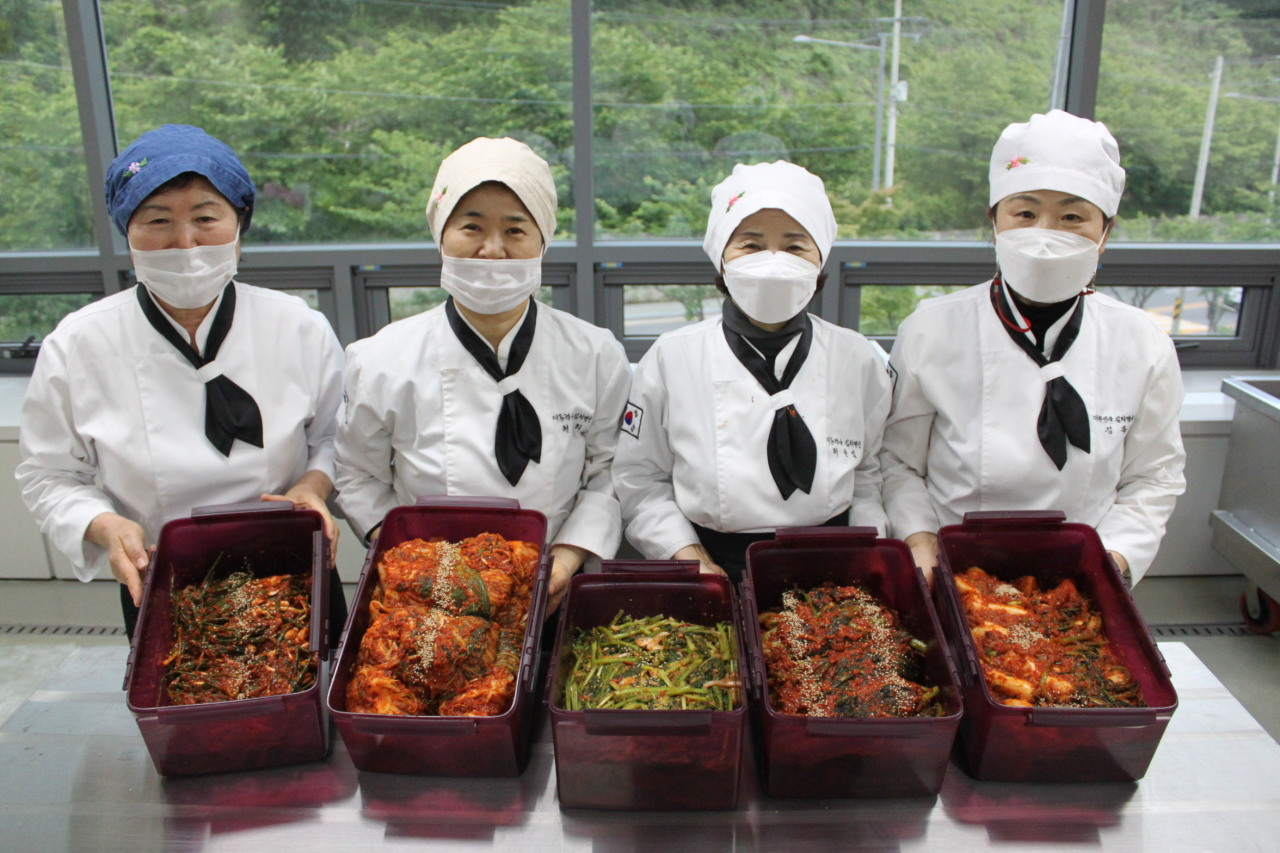 Kimchi masters who have received the Presidential Award present their kimchi. (Yonhap)