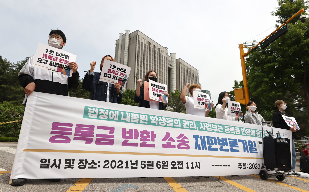 University students hold a press conference in front of the Seoul Central District Court on May 6 ahead of the first hearing in a class-action lawsuit over tuition refunds. (Yonhap)