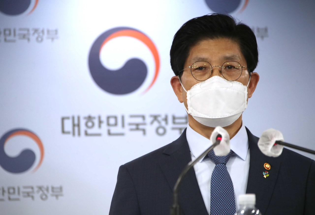 Land Minister Noh Hyeong-ouk speaks during a press briefing on reformative measures of the Korea Land and Housing Corp at the government complex in Seoul, Monday. (Yonhap)