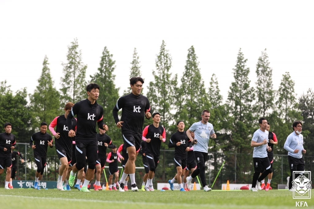 Members of the South Korean men's national football team train at the National Football Center in Paju, Gyeonggi Province, on Monday, in this photo provided by the Korea Football Association. (Korea Football Association)