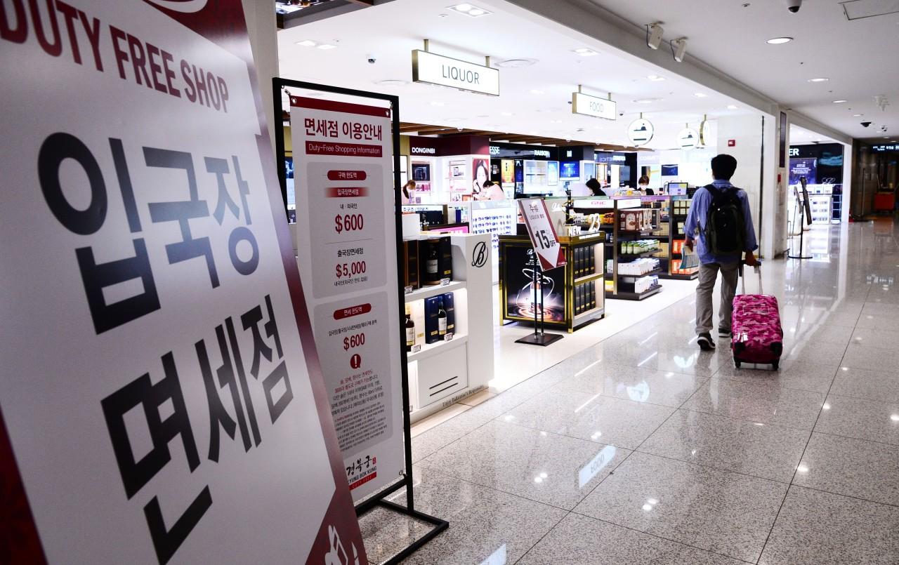 Passengers walk through Incheon Airport. (Yonhap)