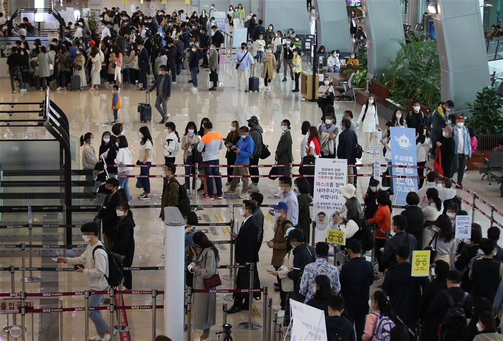 The domestic departure lobby of Gimpo International Airport in western Seoul is crowded with people going on weekend trips on April 23, 2021, despite a spike in new COVID-19 cases. (Yonhap)