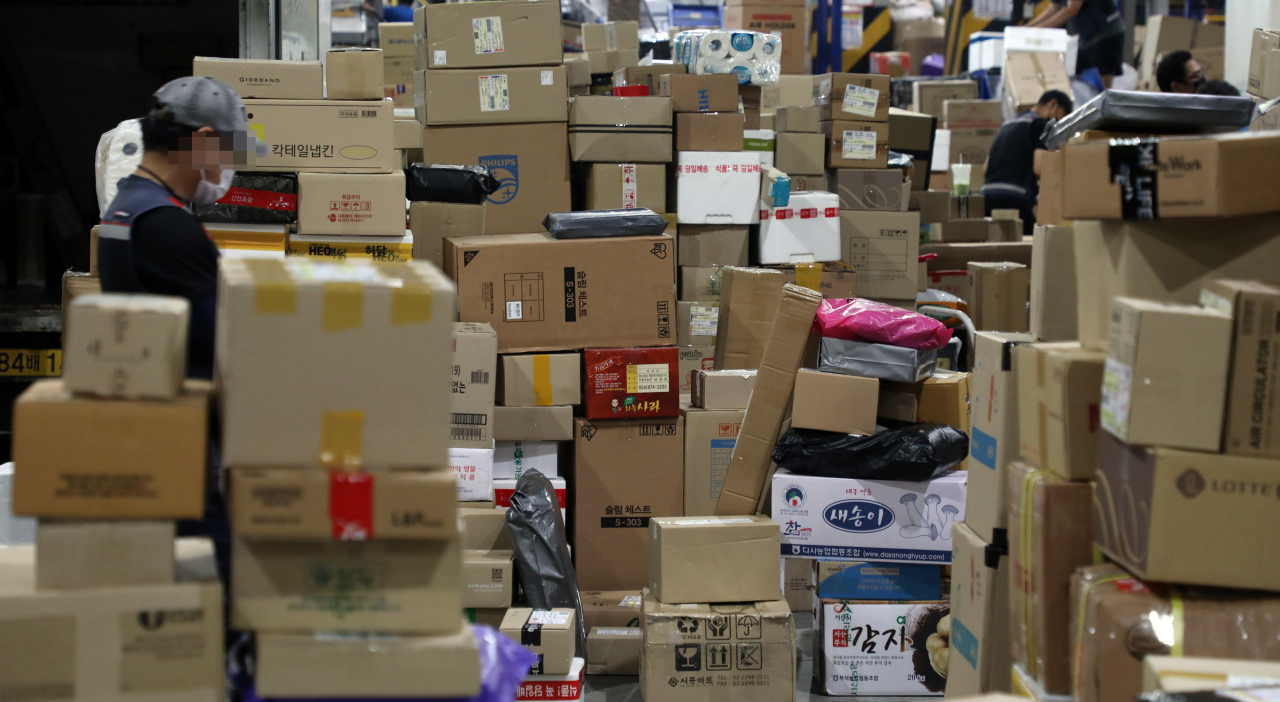 Parcels are being sorted at a logistics center in Songpa-gu, southern Seoul, on Wednesday. Some delays have been experienced in delivery processes with a full-scale strike from unionized delivery workers. (Yonhap)