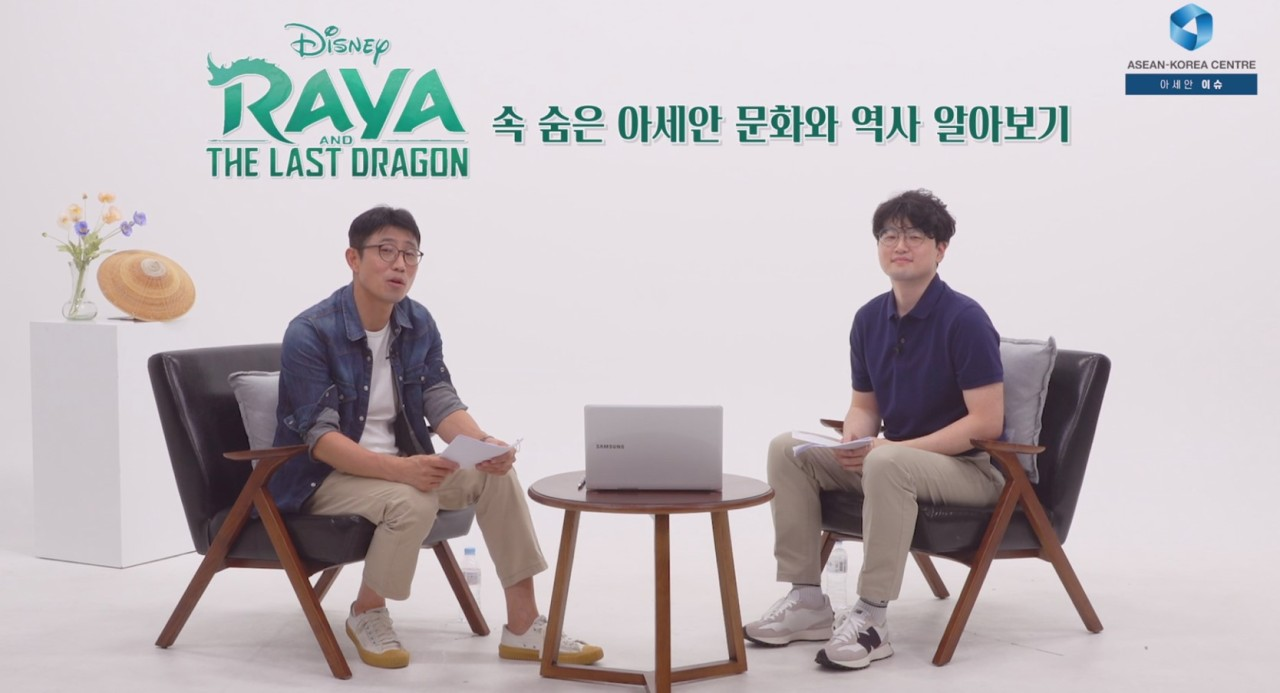 """Pop columnist Kim Tae-hoon (left) and YouTube movie commentator Kim Si-Seon appear on the first episode of """"ASEAN Issue."""" (ASEAN-Korean Center)"""