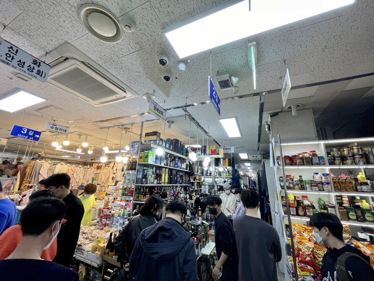 Namdaemun Market's liquor shopping mall is packed with customers on a Saturday afternoon. (Im Eun-byel / The Korea Herald)