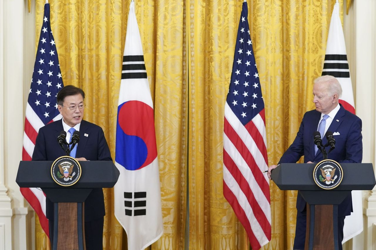 The presidents of South Korea and the United States -- Moon Jae-in (L) and Joe Biden -- hold a joint press conference after their White House summit talks on May 21, 2021, in the file photo. (Yonhap)