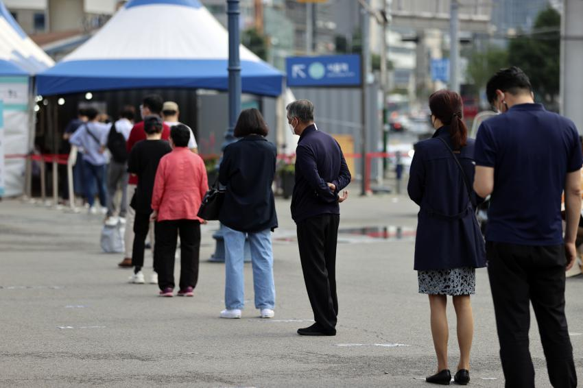 Citizens wait in line to receive virus tests at a makeshift virus testing clinic in Seoul on Wednesday. (Yonhap)