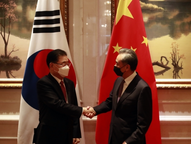 South Korean Foreign Minister Chung Eui-yong (left) and Chinese Foreign Minister Wang Yi shake hands before their talks at a hotel in Xiamen in southeastern China in April. (Yonhap)