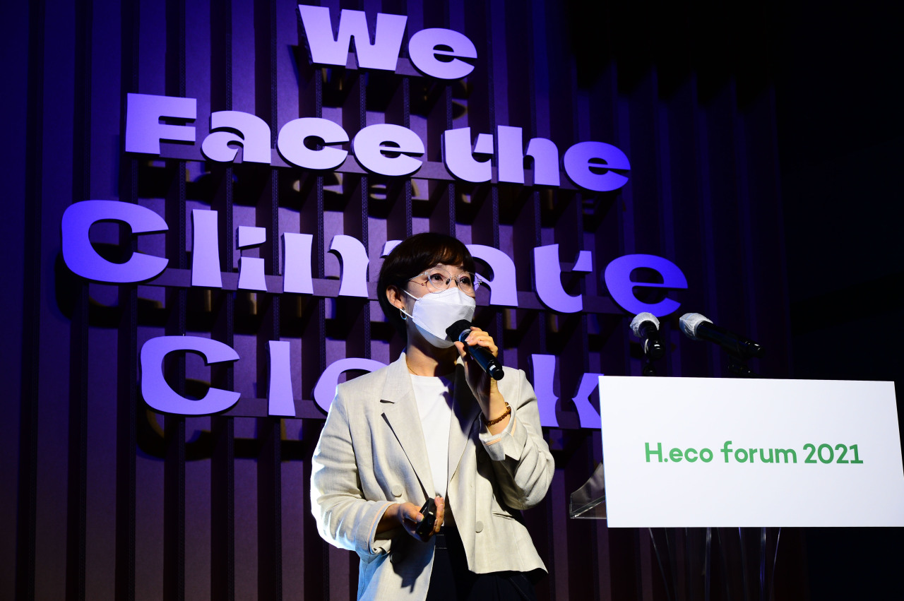 Oh Jeong-hwa, director of the sustainability management division of Amorepacific, discusses how sustainable production and consumption of cosmetics products can make world greener and more beautiful. (Lee Sang-sub/The Herald Business)