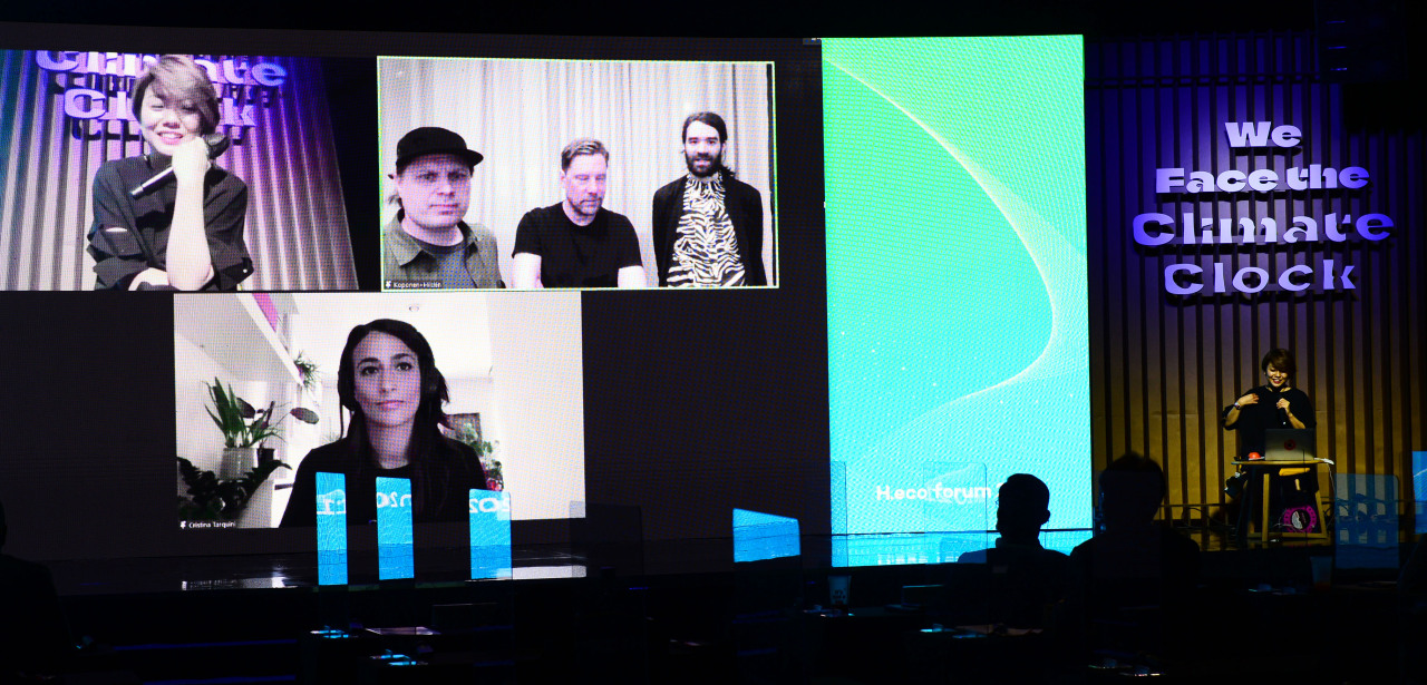 South Korean data artist Min Sey (far right) moderates a special session at the H.eco Forum on Thursday, joined by Italian creative technologist Cristina Tarquini (bottom left) and Timo Aho, Pekka Niittyvirta and Jonatan Hilden (top three). (Park Hae-mook/The Herald Business)