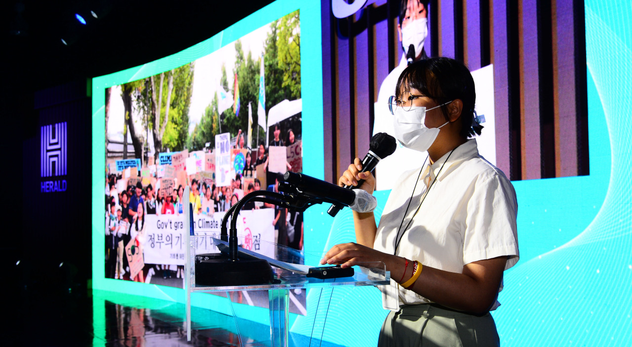 Climate activist Yoon Hyeon-jeong speaks during the H.eco Forum in Seoul on Thursday. (Park Hae-mook/The Herald Business)