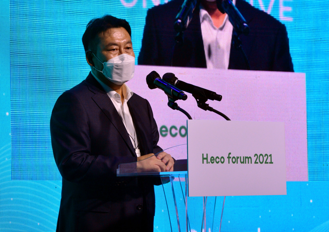 Jeon Chang-hyeop, Herald Corp. CEO & Publisher gives welcoming remarks at H.eco Forum 2021 held in Seoul, Thursday. (Park Hyun-koo/The Korea Herald)