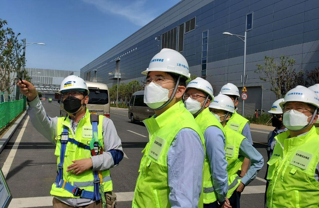 Samsung Electronics Vice Chairman Lee Jae-yong checks the company's chip plant in Xian, China, in 2020. (Samsung Electronics)