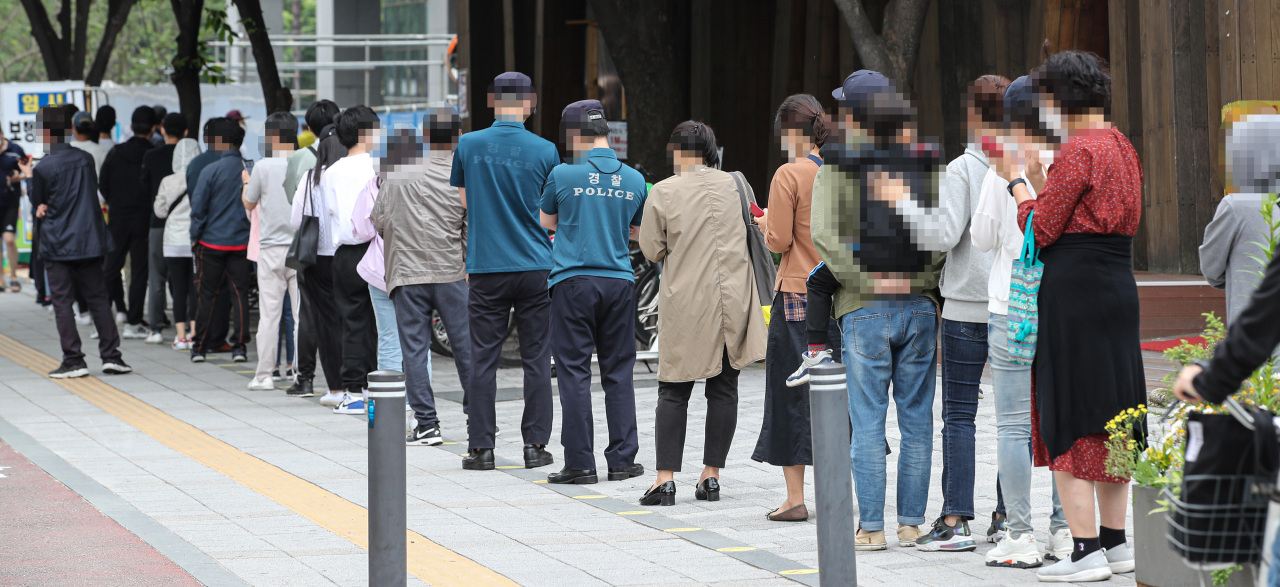 Citizens line up to take COVID-19 tests on May 29, 2021, at a screening center set up in a public health center in Songpa Ward, Seoul. (Yonhap)