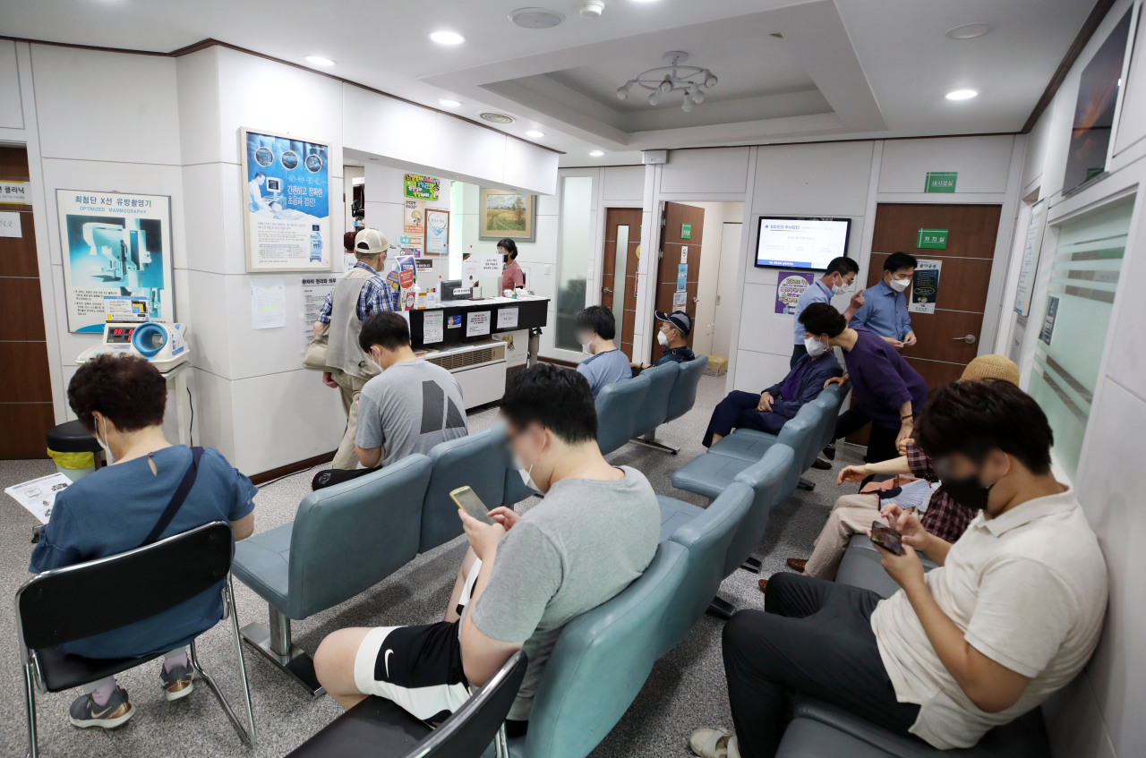 Citizens wait to receive COVID-19 vaccine shots at a hospital in Seoul on Thursday. (Yonhap)