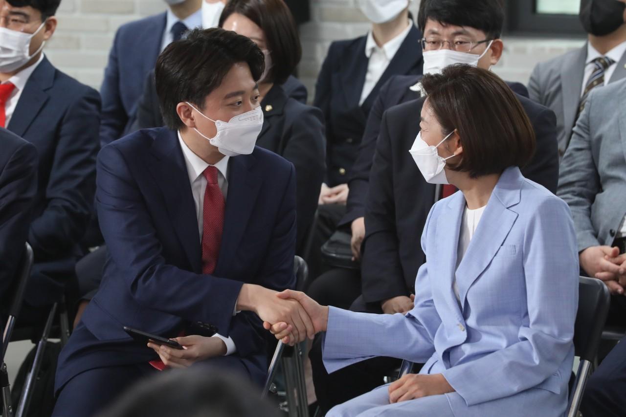 Lee Jun-seok shakes hands with his defeated rival Na Kyung-won. (Yonhap)