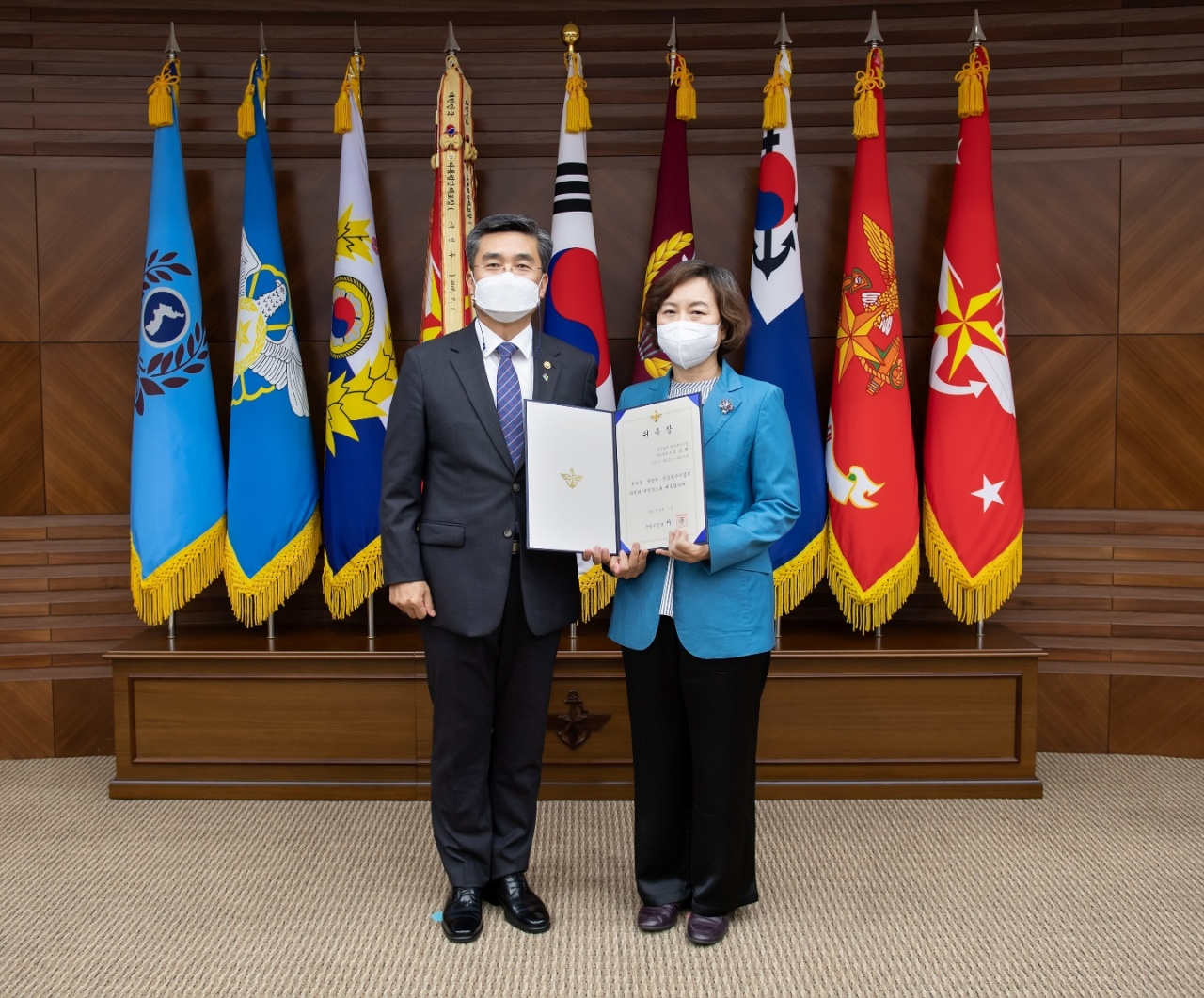 Defense Minister Suh Wook (left) and former Supreme Court Justice Kim So-young. (Ministry of National Defense)