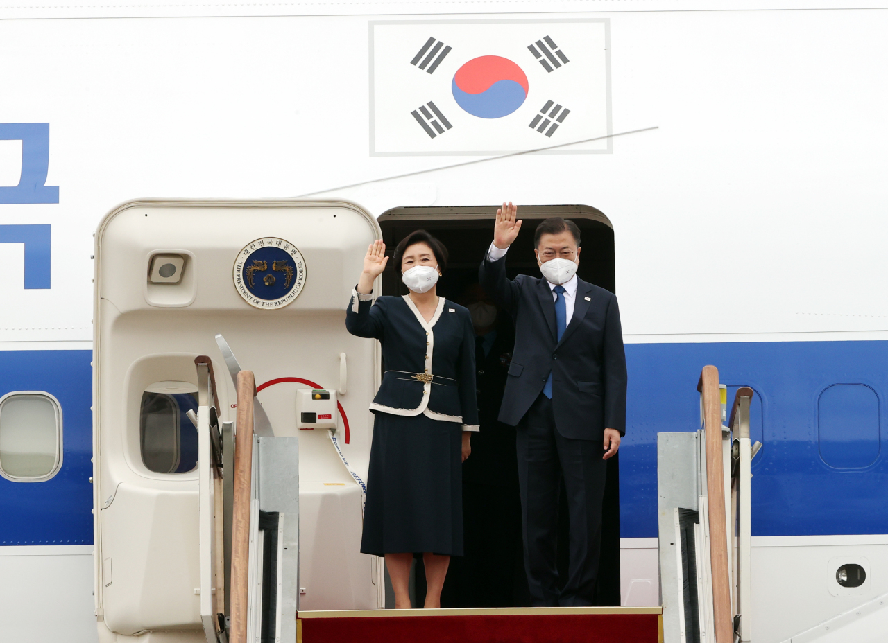 President Moon Jae-in (right) and first lady Kim Jung-sook. (Yonhap)