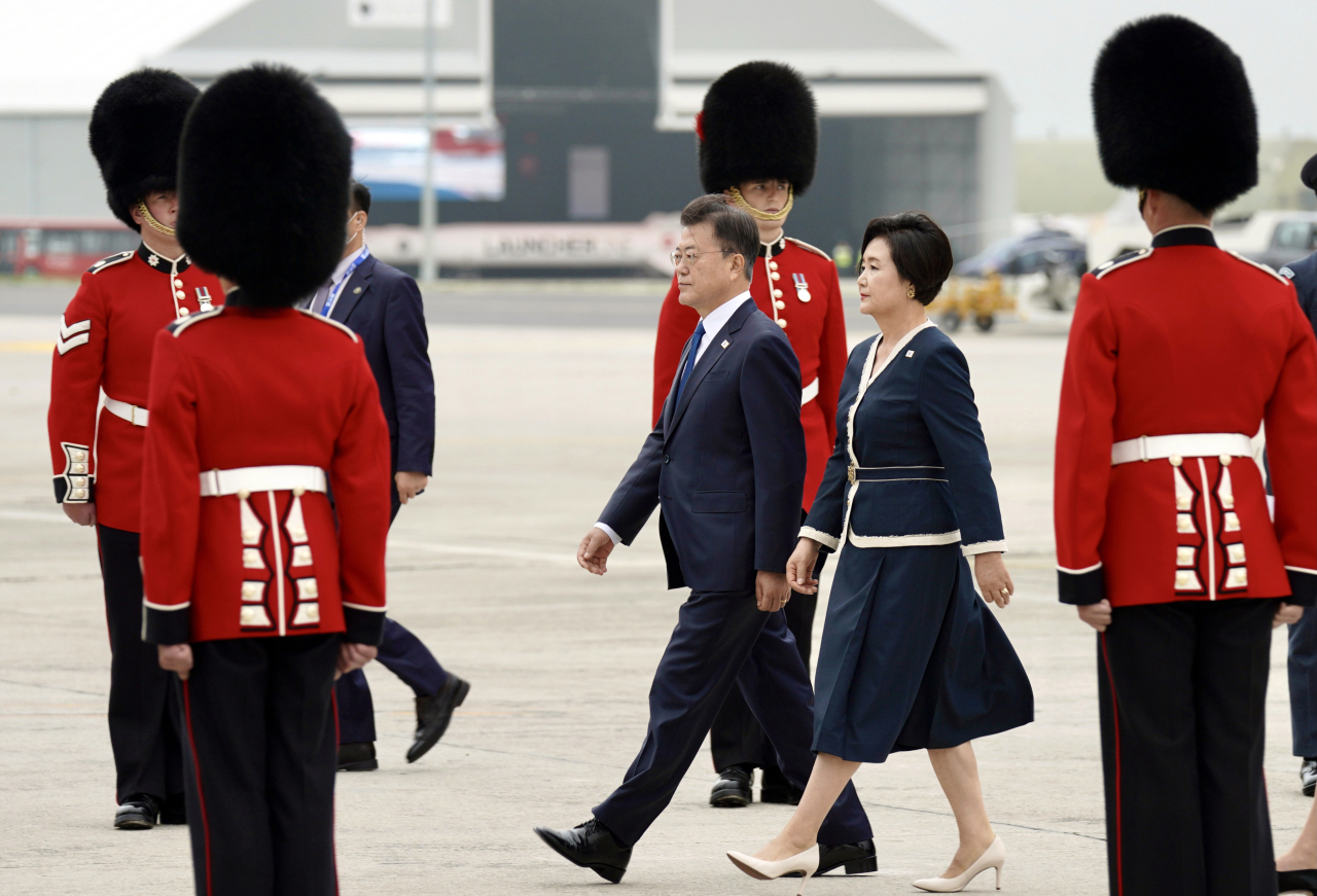 South Korean President Moon Jae-in and first lady Kim Jung-sook arrive in Cornwall, Britain, on Friday to attend a Group of Seven summit. (Yonhap)