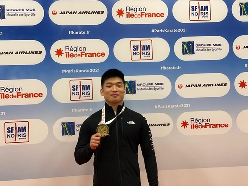 This photo, provided by the Korea Karate Federation, shows South Korean athlete Park Hee-jun posing with a bronze medal at an Olympic qualifier event held in Paris on Saturday (local time). (Korea Karate Federation)