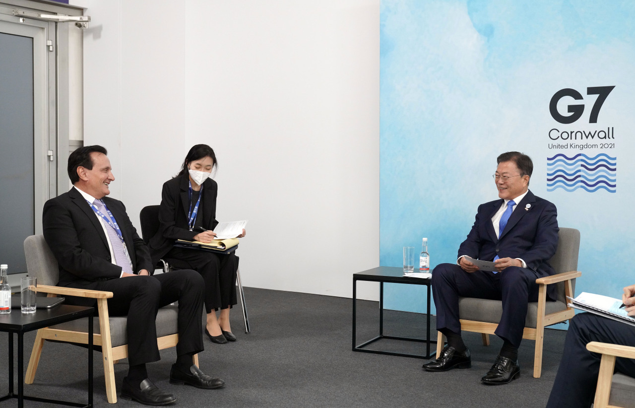 South Korean President Moon Jae-in (right) speaks Saturday with Pascal Soriot (right), executive director and CEO of AstraZeneca, during this year`s G-7 summit held in Cornwall, Britain. (Yonhap)