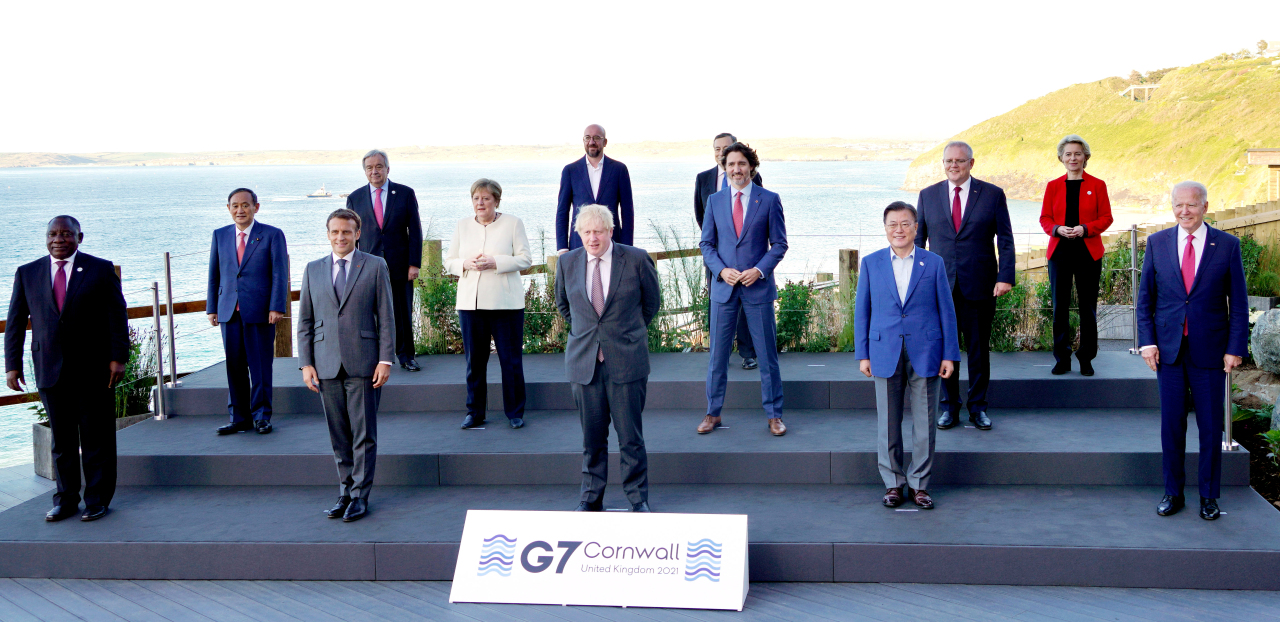 Participating leaders pose for a photo at the G-7 summit in Carbis Bay, Cornwall, England on Saturday. First row, from left: Cyril Ramaphosa of South Africa, Emmanuel Macron of France, Boris Johnson of the UK, Moon Jae-in of South Korea, Joe Biden of the US. Second row: Yoshihide Suga of Japan, Angela Merkel of Germany, Justin Trudeau of Canada, Scott Morrison of Australia. Third row: UN Secretary-General António Guterres, European Council President Charles Michel, Mario Draghi of Italy and European Commission president Ursula von der Leyen. (Yonhap)