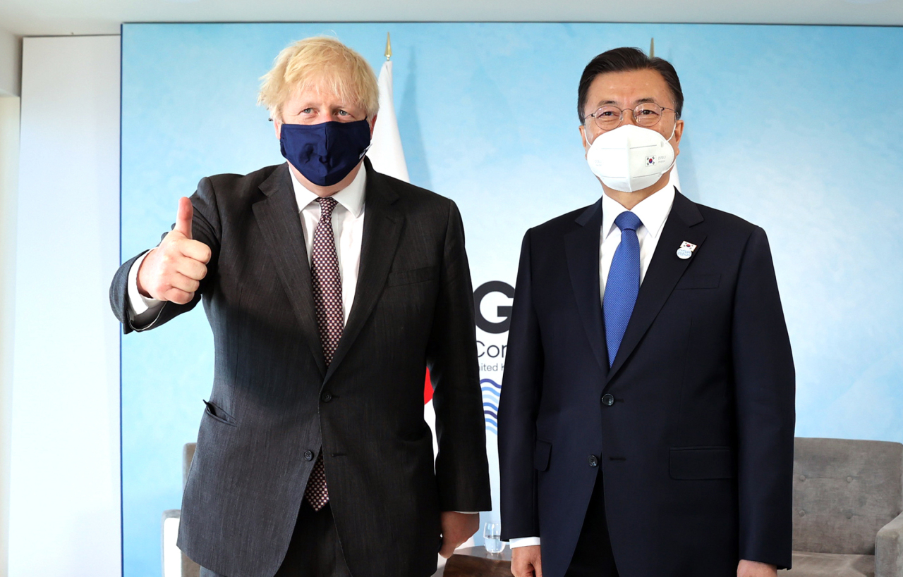 President Moon Jae-in and British Prime Minister Boris Johnson pose ahead of their summit meeting at the G-7 in Cornwall, England, Sunday. (Yonhap)