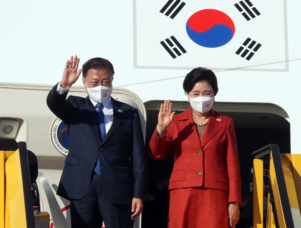 South Korean President Moon Jae-in and first lady Kim Jung-sook wave, as they arrive in Vienna, Austria, Sunday. (Yonhap)