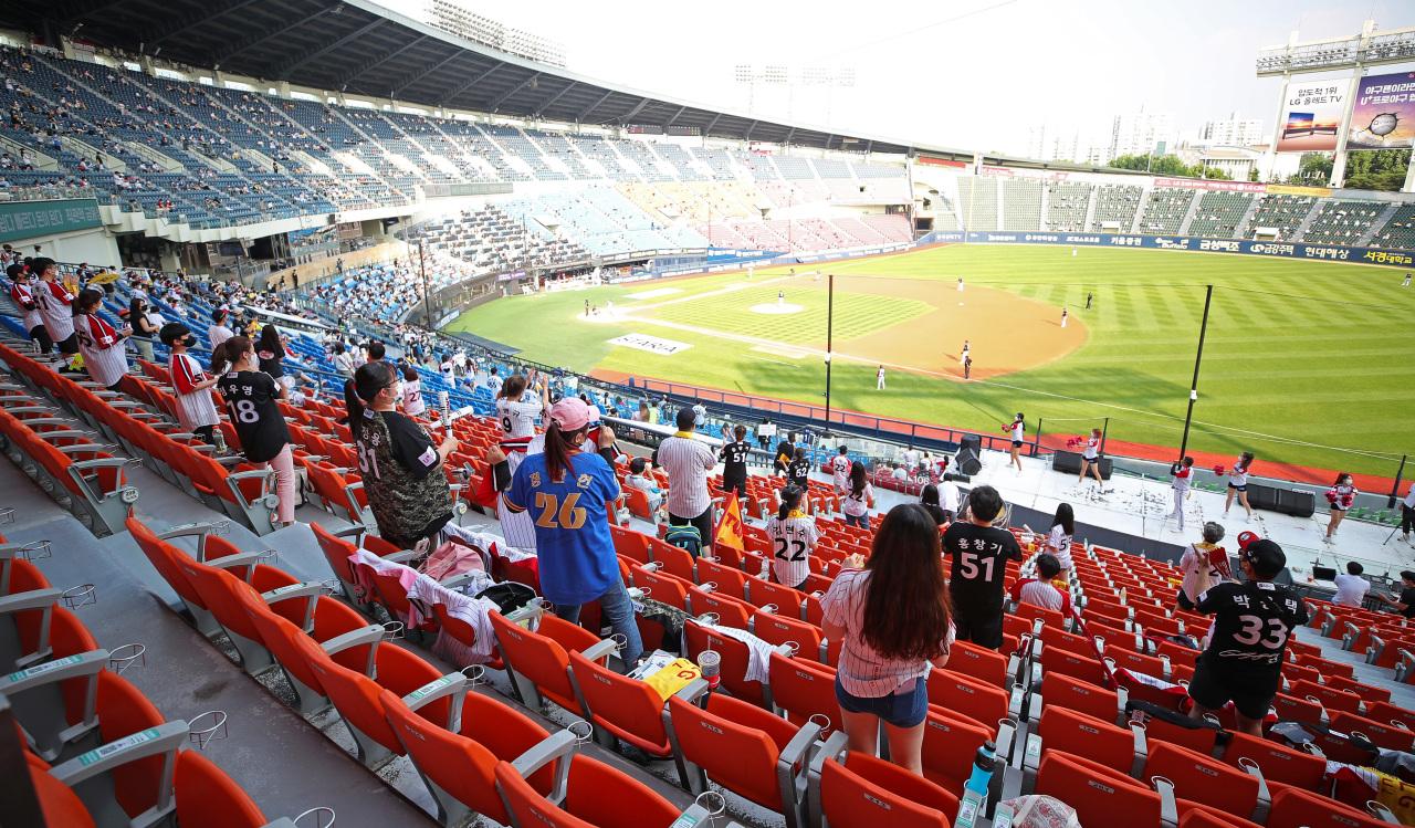 Spectators watch a baseball game between Doosan Bears and LG Twins at Jamsil Baseball Stadium in southern Seoul on Sunday. (Yonhap)