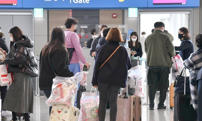 Peopleprepare to board on international sightseeing flights without landing at Incheon Airport's Terminal 1. (Yonhap)
