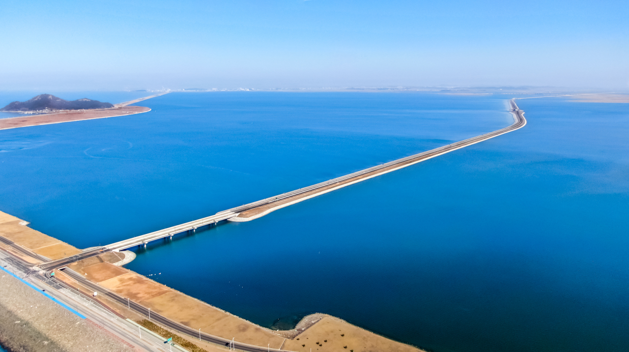 The East-West Road linking the seawall of Saemangeum and Gimje, North Jeolla Province, opens in November 2020. (Saemangeum Development and Investment Agency)
