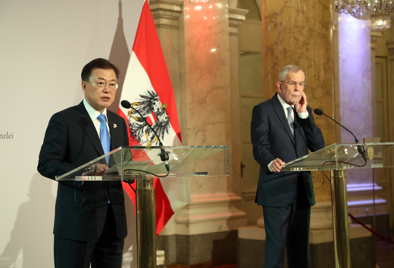 South Korean President Moon Jae-in (left) holds a joint press conference with his Austrian counterpart, Alexander Van der Bellen, on the results of their summit in Vienna on Tuesday. (Yonhap)
