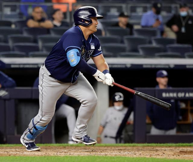 In this EPA file photo from June 2, 2021, Choi Ji-man of the Tampa Bay Rays (L) hits an RBI single against the New York Yankees in the top of the seventh inning of a Major League Baseball regular season game at Yankee Stadium in New York. (EPA-Yonhap)