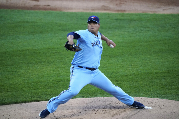 In this Associated Press photo, Ryu Hyun-jin of the Toronto Blue Jays pitches against the Chicago White Sox during the bottom of the first inning of a Major League Baseball regular season game at Guaranteed Rate Field in Chicago last Thursday. (AP-Yonhap)
