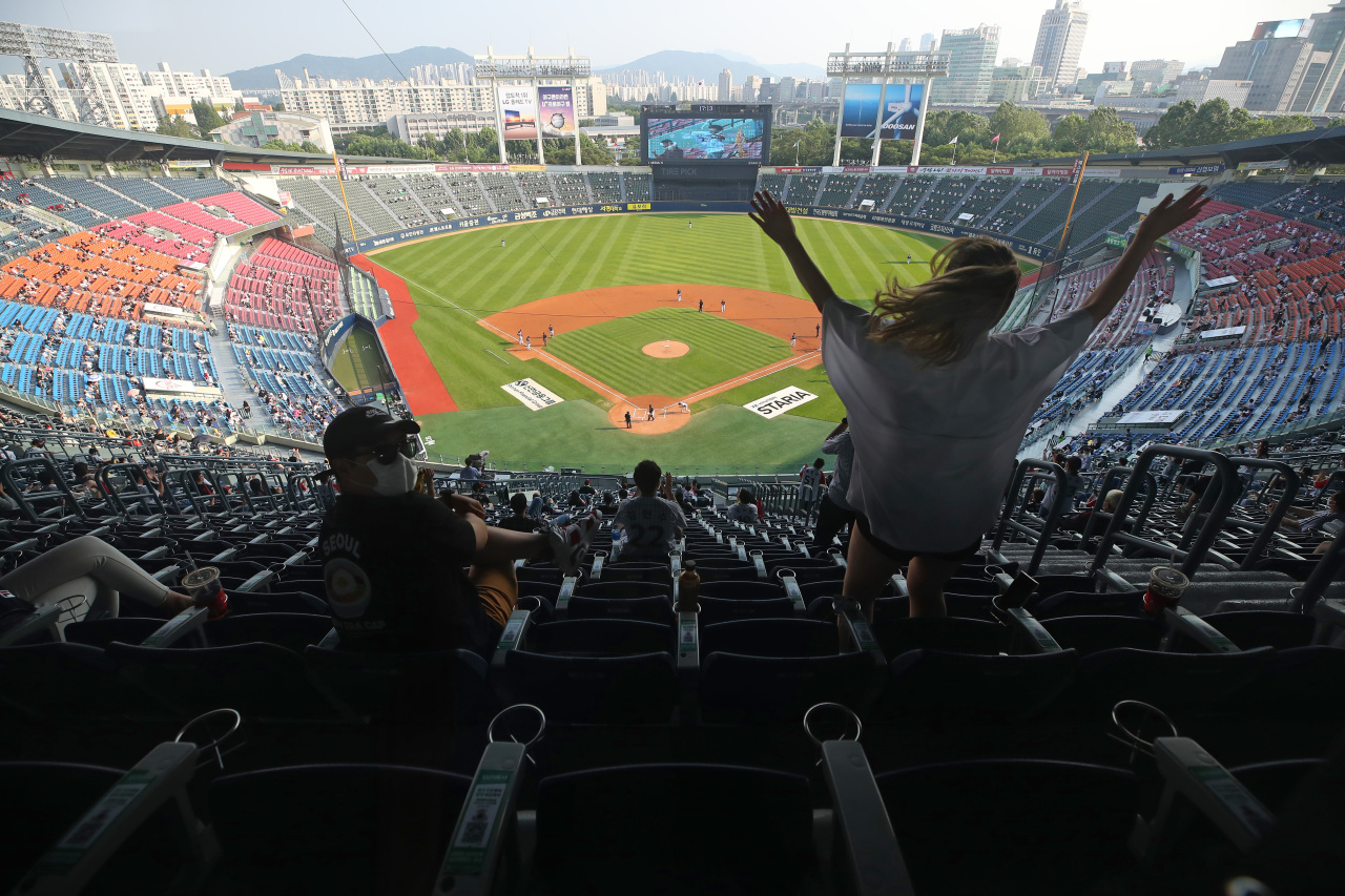 Masked spectators returned to baseball stadiums on Sunday. (Yonhap)