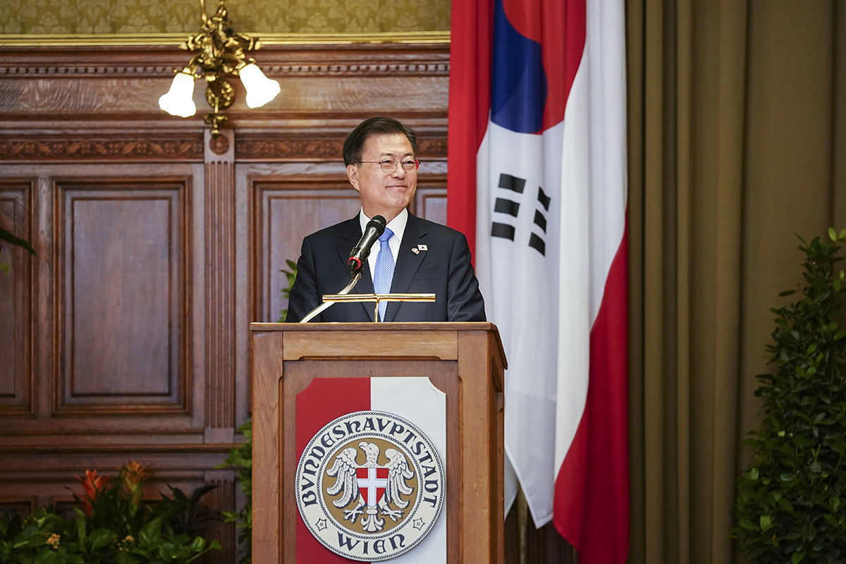 President Moon Jae-in during his visit to the Vienna City Hall on Tuesday. (Cheong Wa Dae)
