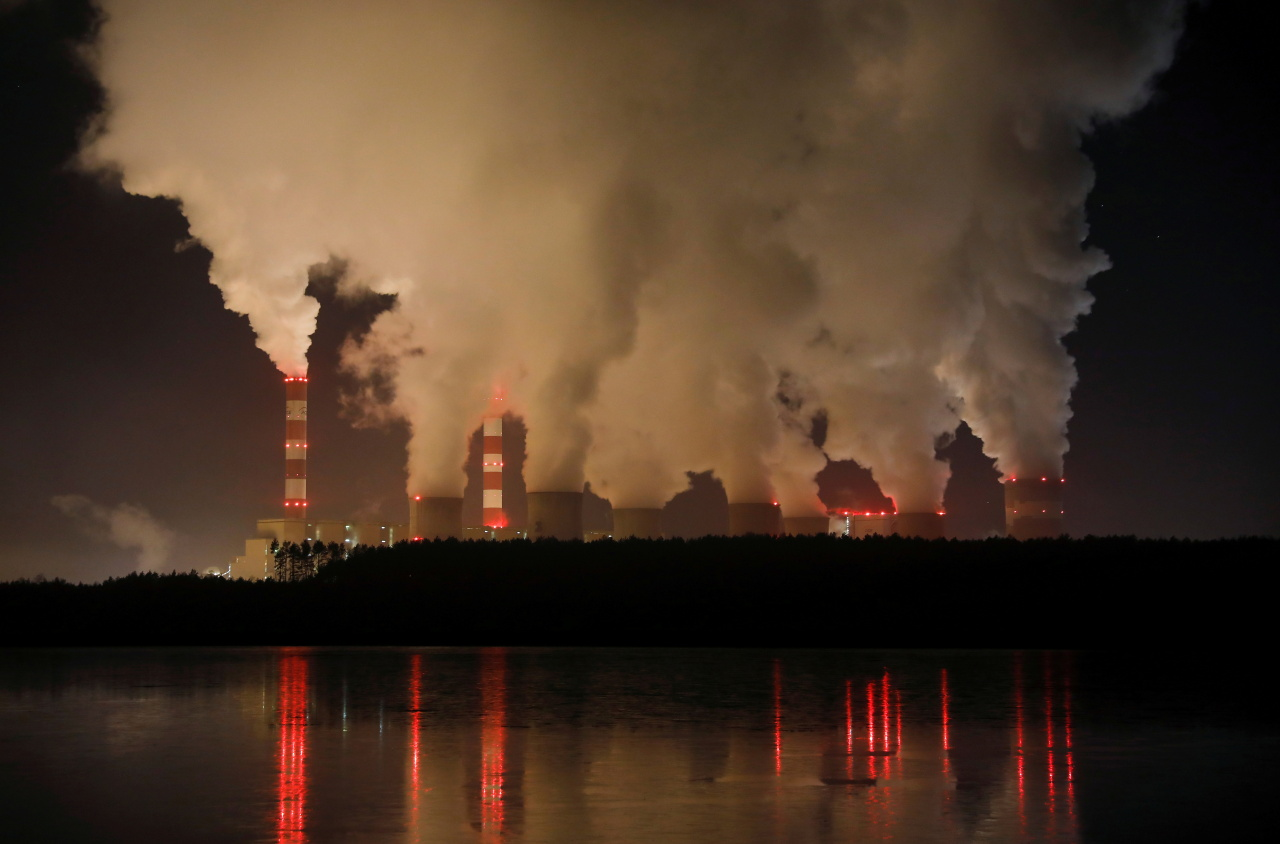 Smoke and steam billows from Belchatow Power Station, Europe's largest coal-fired power plant operated by PGE Group, at night near Belchatow, Poland December 5, 2018. (Reuters-Yonhap)
