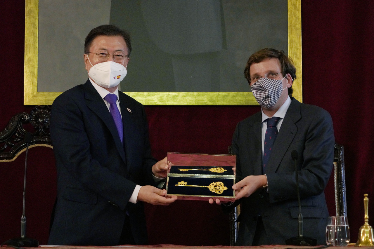 South Korean President Moon Jae-in (L) receives a golden key as a gift from Madrid Mayor Jose Luis Martinez-Almeida during his visit to City Hall on Tuesday. (Yonhap)