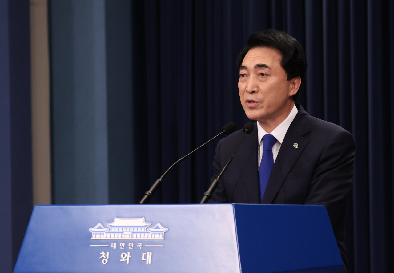 This file photo from last Thursday, shows Park Soo-hyun, Cheong Wa Dae's senior secretary for public communication, speaking to reporters at the presidential office in Seoul. (Yonhap)