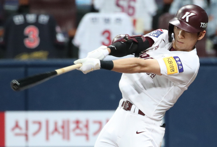 In this file photo from June 3, 2021, Lee Jung-hoo of the Kiwoom Heroes hits an RBI single against the Lotte Giants in the bottom of the fourth inning of a Korea Baseball Organization regular season game at Gocheok Sky Dome in Seoul. (Yonhap)
