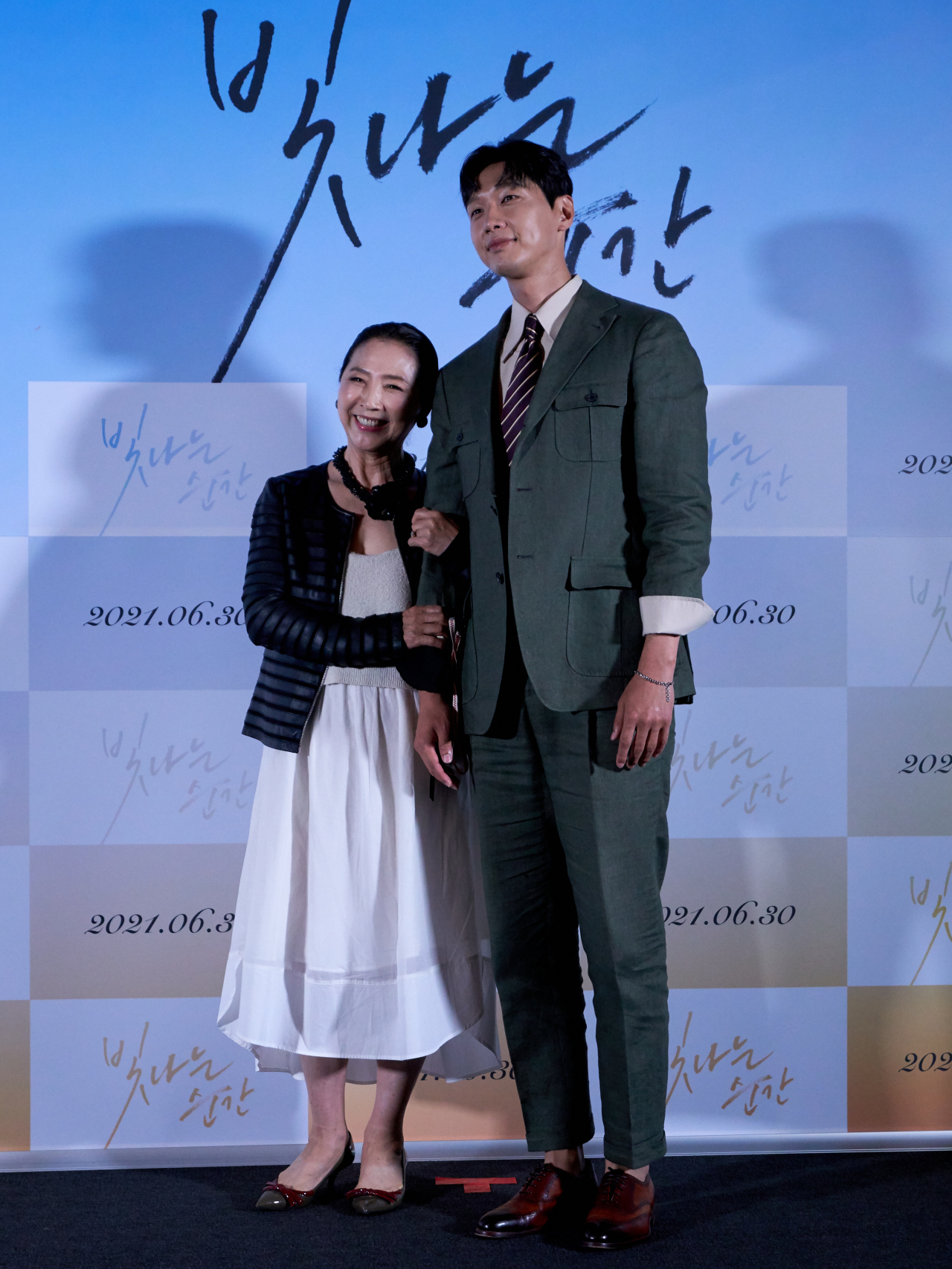 Actors Go Doo-shim (left) and Ji Hyun-woo pose for photographs after a press conference held at CGV Yongsan in central Seoul on Monday. (Myung Film)