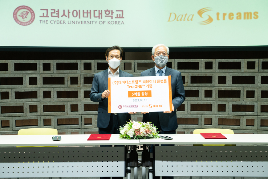 Cap/ DataStreams CEO Lee Young-sang (left) donates the company's big data platform TeraONE worth 500 million won to the Cyber University of Korea President Kim Jin-sung at the university's studio on Tuesday. (DataStreams)