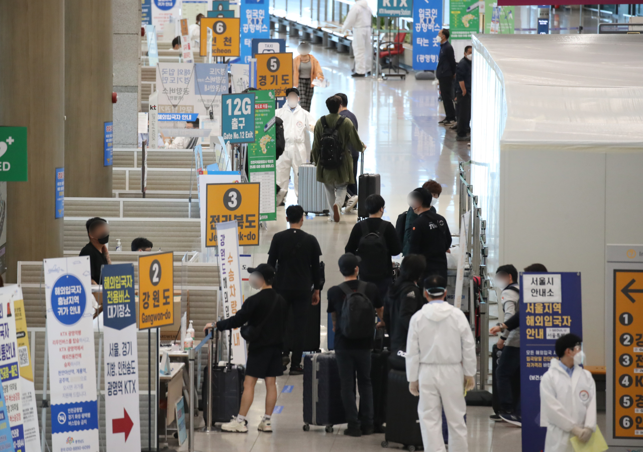 Health officials guide international arrivals at Incheon International Airport on June 1. (Yonhap)