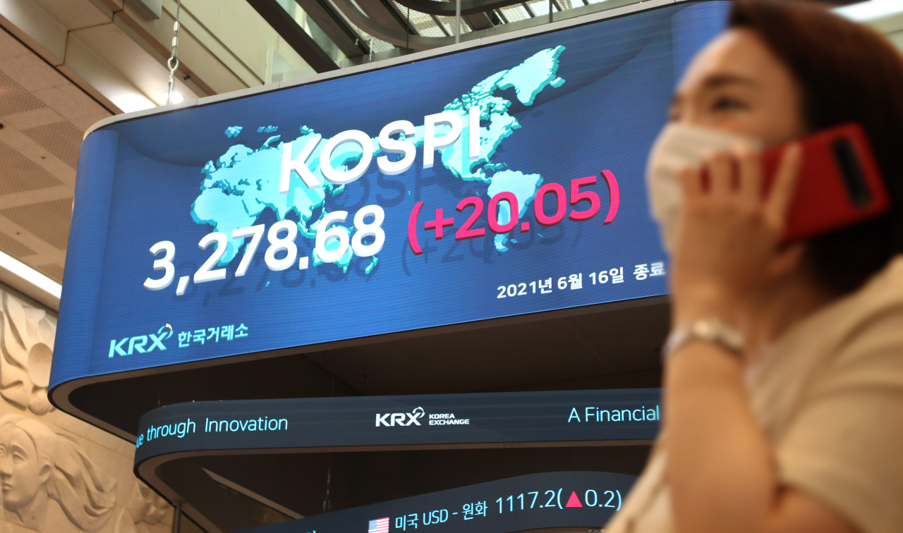 An electric board at the Korea Exchange's Seoul office shows South Korea's main bourse Kospi set an all-time closing high of 3,278.68 points Wednesday. (KRX)