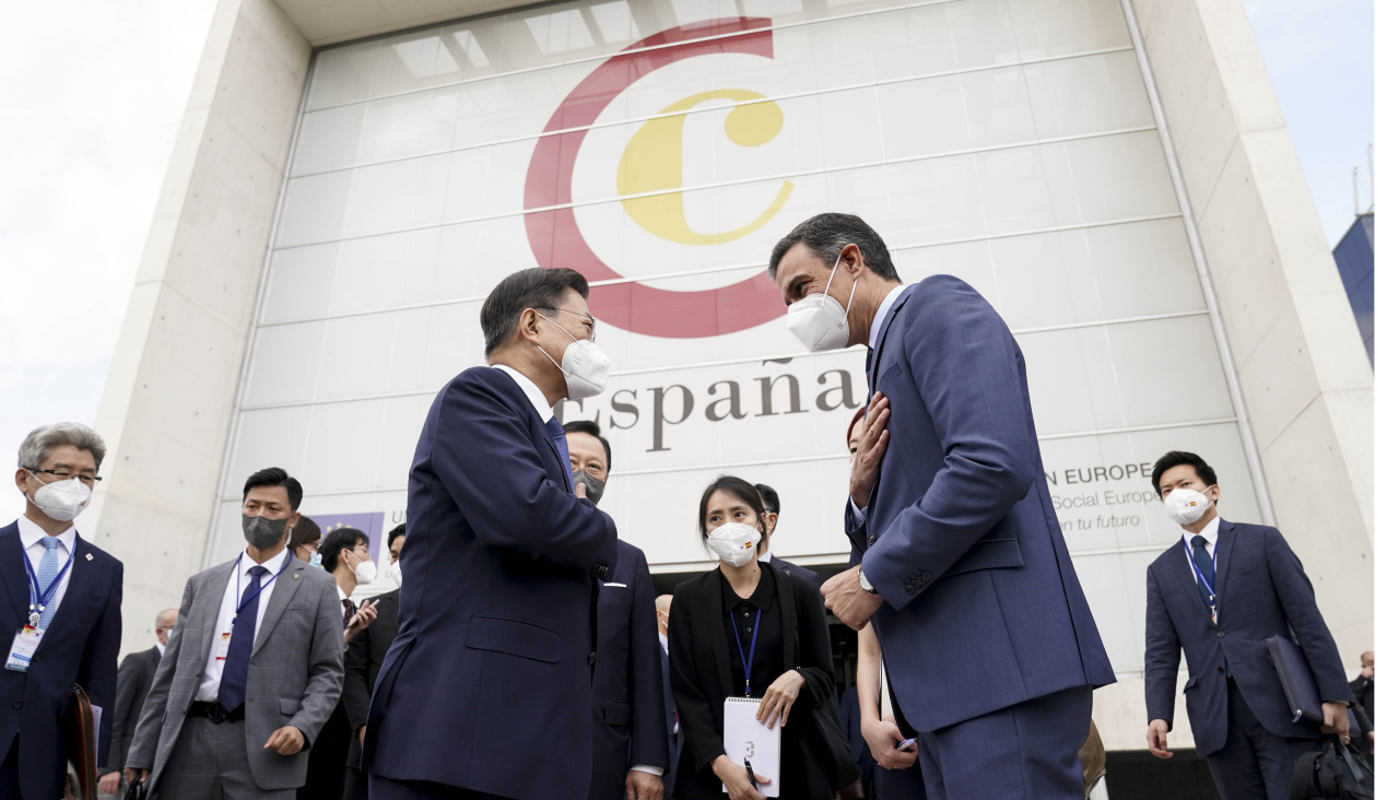 President Moon Jae-in and Spanish Prime Minister Pedro Sanchez arrive at a business forum co-hosted by Korean and Spanish chambers of comerce in Madrid on Tuesday. (Yonhap)