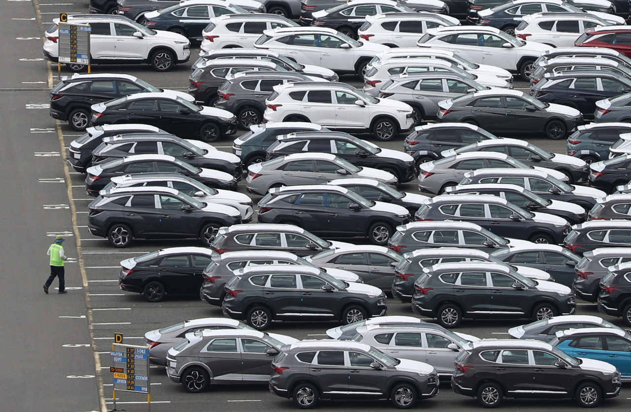 Vehicles parked in export loading dock in Ulsan on May 21 (Yonhap)