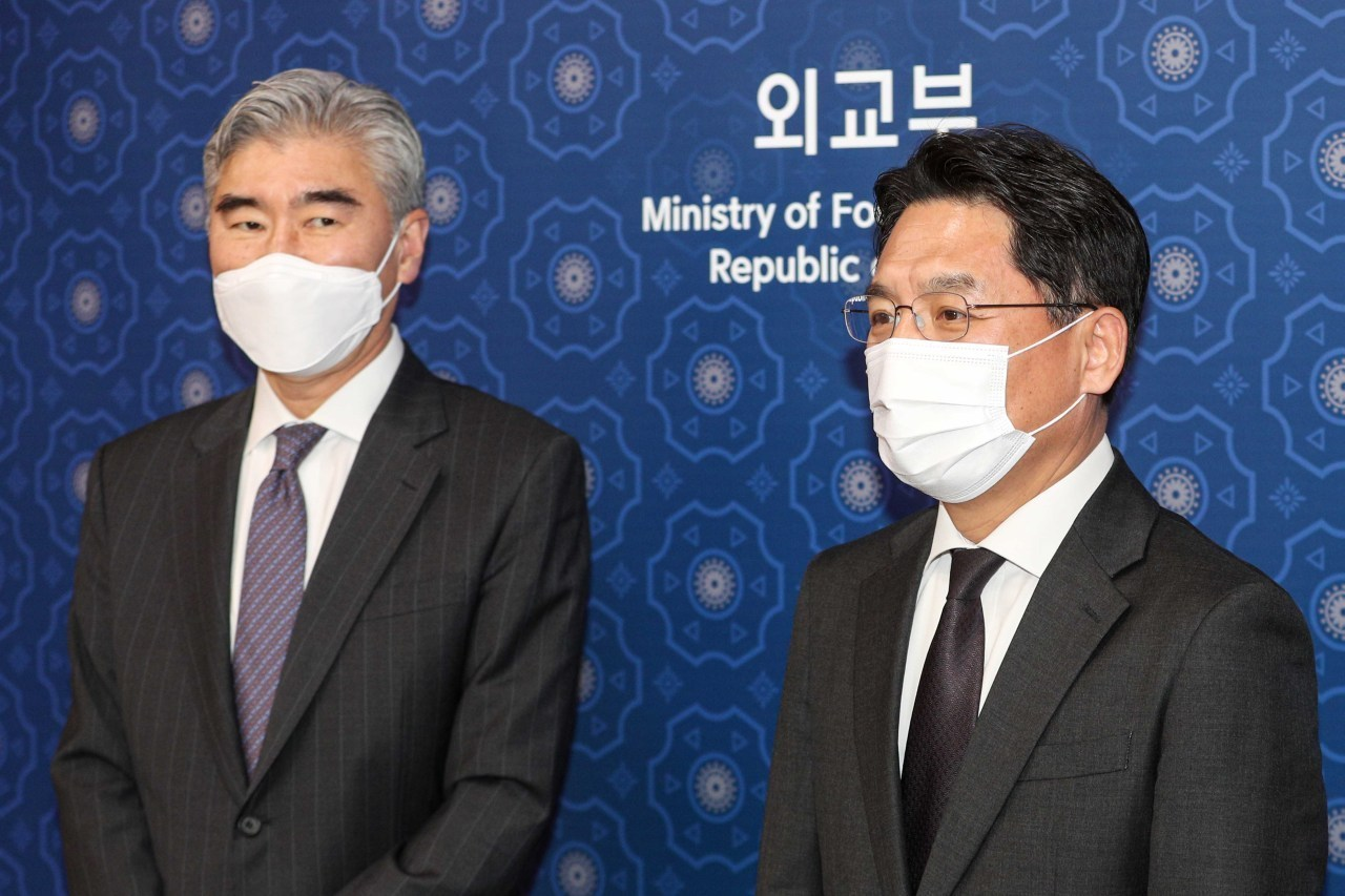 This file photo taken March 19, 2021, shows South Korea's top nuclear envoy, Noh Kyu-duk (R), and Sung Kim, then acting assistant secretary of state for East Asia and Pacific Affairs, posing for a photo before their talks at the foreign ministry in Seoul. (Yonhap)
