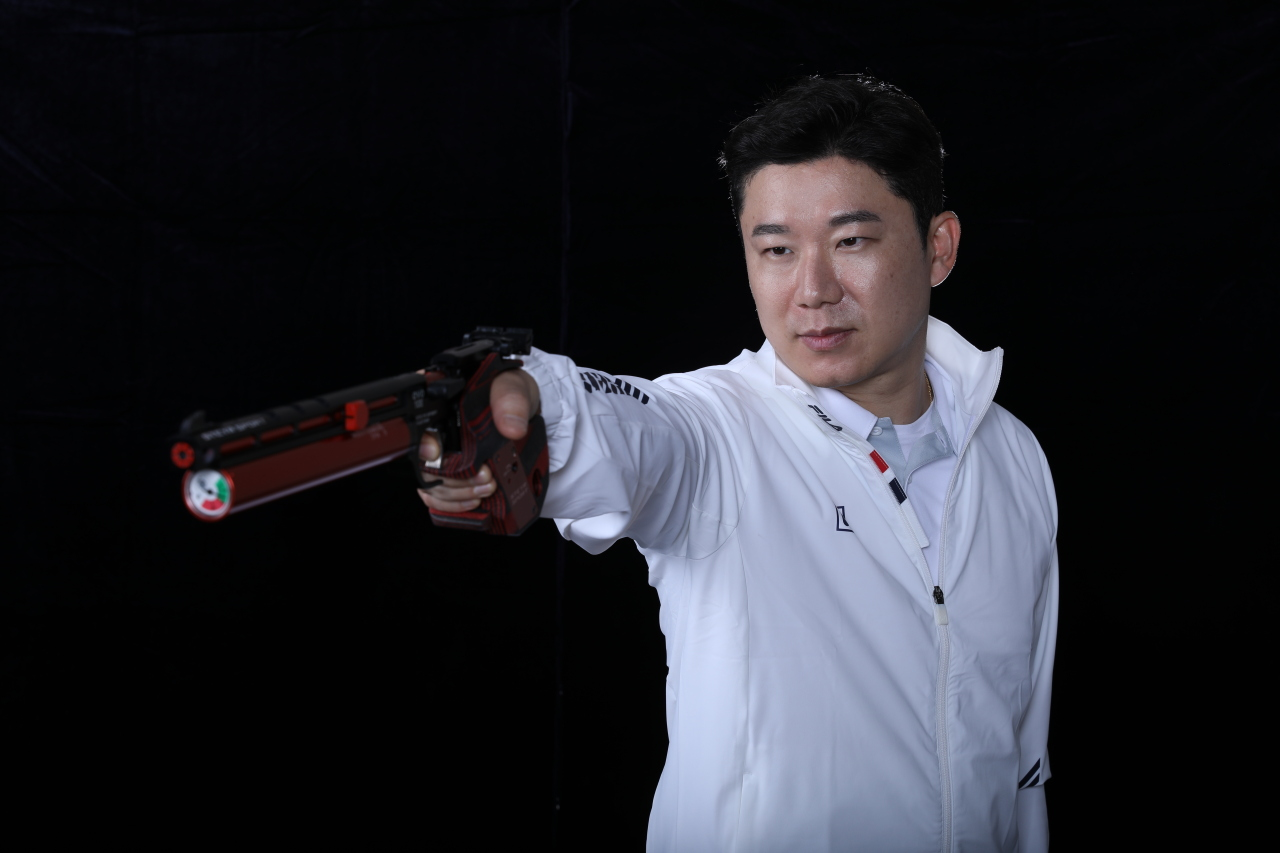 South Korean shooter Jin Jong-oh poses with his pistol in this photo provided by the Korea Shooting Federation today. (Korea Shooting Federation)