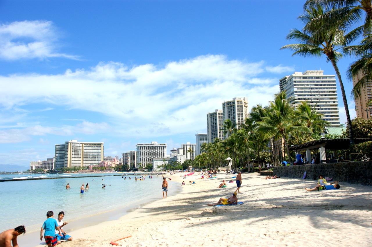 Bãi biển Waikiki trên bờ biển phía nam của Honolulu (HanaTour)