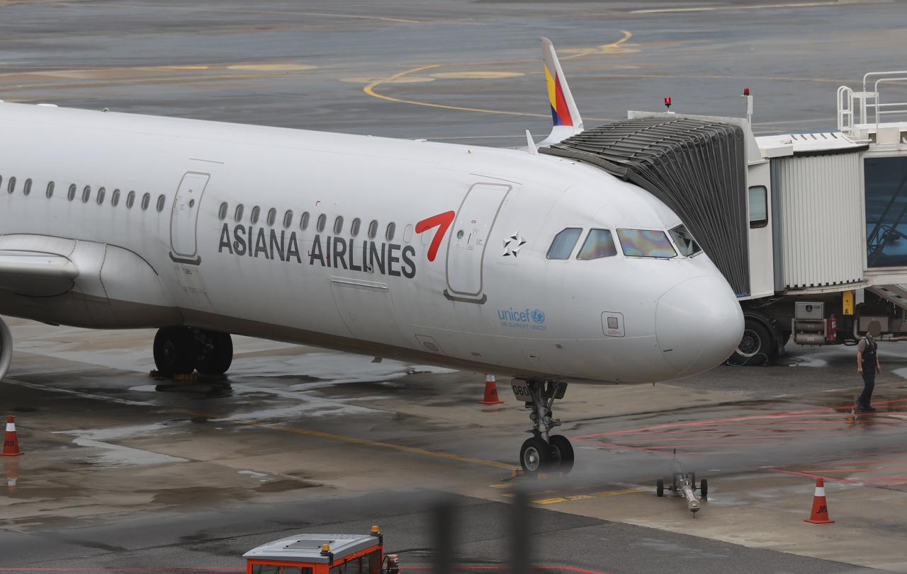 An Asiana Airlines aircraft sits at Incheon Airport. (Yonhap)